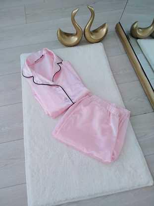 Pembe saten pijama takımı resmi