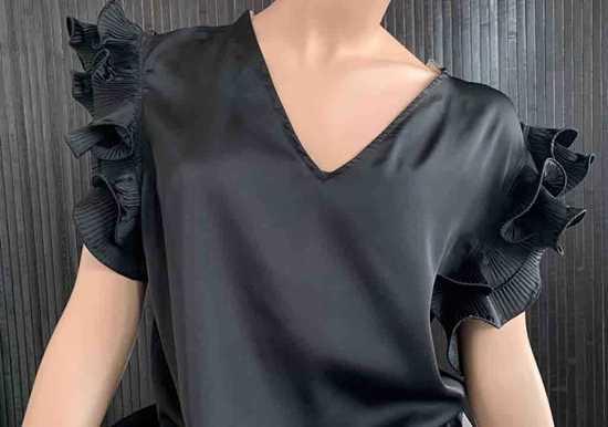 siyah fırfırlı bluz resmi