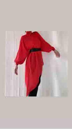 asimetrik kırmızı bluz-kemerli resmi